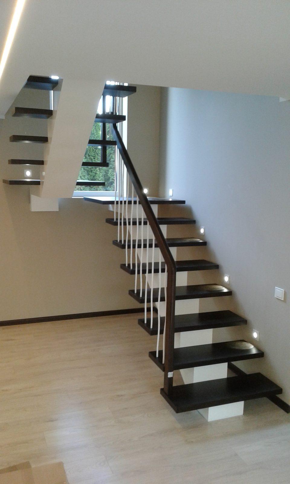 Laiptai tamsus uosis balta laiptasija